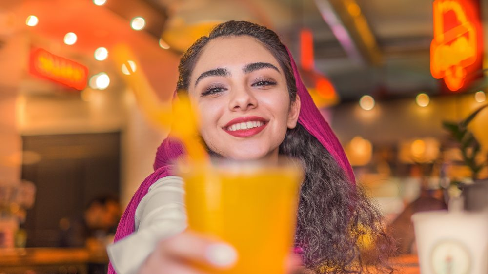 Iransk kvinde med drink