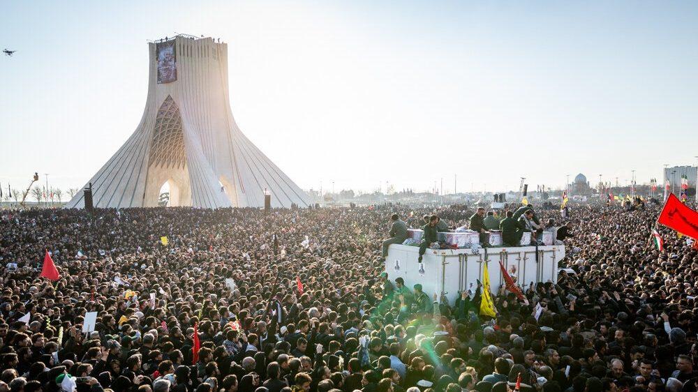 Folkemængden til begravelsen for Soleimani