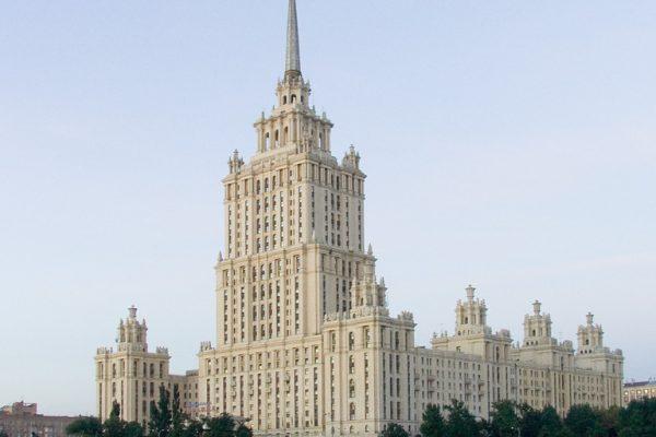 'Hotel Ukraina' i Moskva. Hotellet blev bestilt personligt af Stalin, men stod først færdigt i 1957 – 4 år efter hans død.