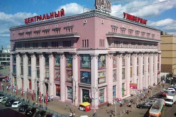 """""""Central Universal Department Store"""" i Nizhny Novgorod. Bemærk de klassisk inspirerede græske søjler, som var blandt de arkitektonisk populære strømninger i perioden. Fotograf: Bestalex / Wiki Commons"""