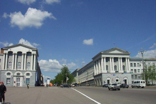 Den Røde Plads i Kursk, omgivet af stalinistisk inspireret arkitektur. Ukendt Fotograf, 2004.